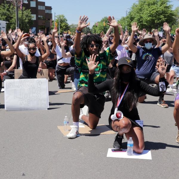 黑人运动家、警察,以及亚裔共同见证的 #BlackLivesMatter# 游行瞬间