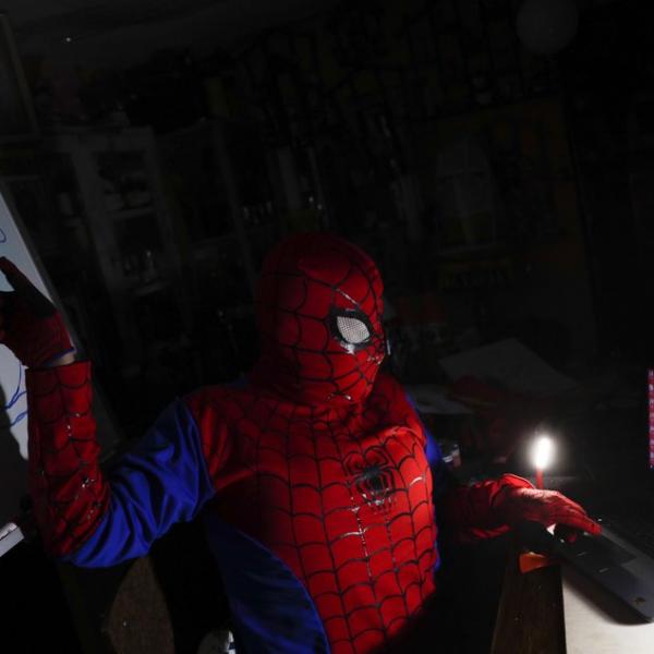 别的简报|玻利维亚一名教师扮成超级英雄给孩子们上网课