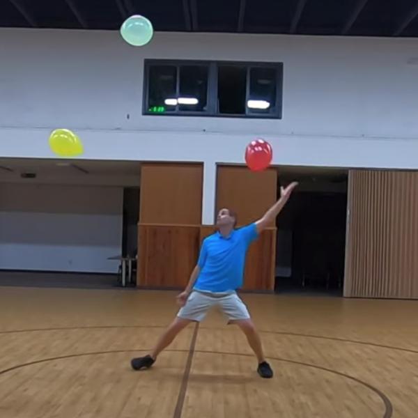 别的简报|美国爱达荷州一男子打破让三个气球保持在空中不掉下来最长时间吉尼斯世界纪录