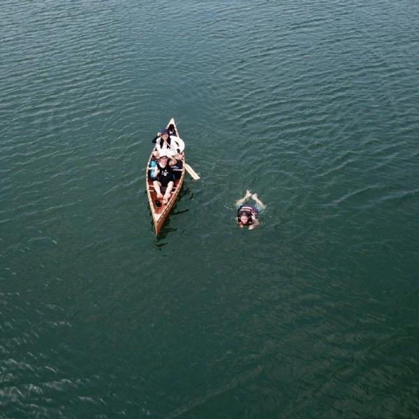 你可以跟@派对朋友的飞船 一起学习这项浪漫而无用的技能:造一艘在城市里航行的独木舟