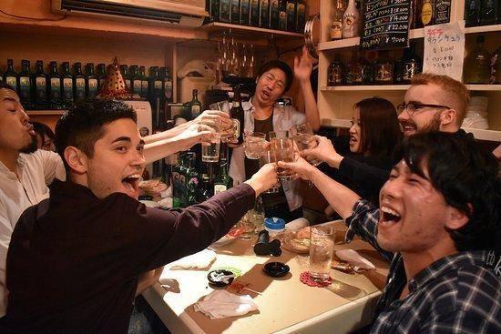 别的简报|东京酒吧禁止顾客接吻,忍不住的话最好先喝水漱口