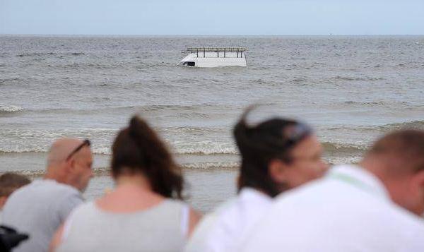 别的简报|性感肌肉男游向海滩边上下沉的小面包车,并从其中救出四包烟