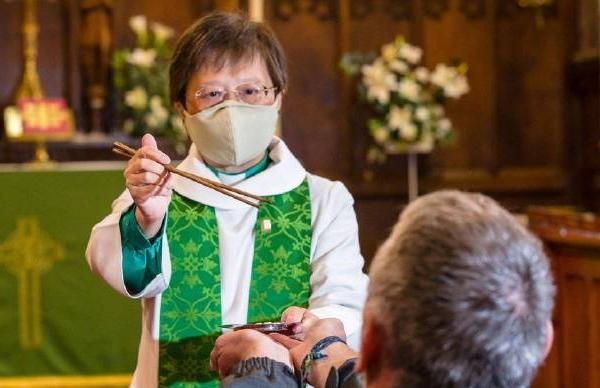 别的简报|教堂牧师为保持安全距离用筷子喂人圣餐