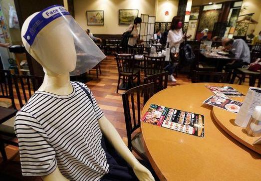 别的简报|为了让顾客保持社交距离,东京餐馆摆满假人偶