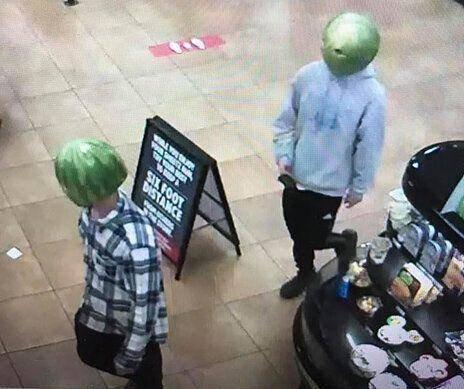 别的简报|两男子头戴西瓜皮在便利店行窃