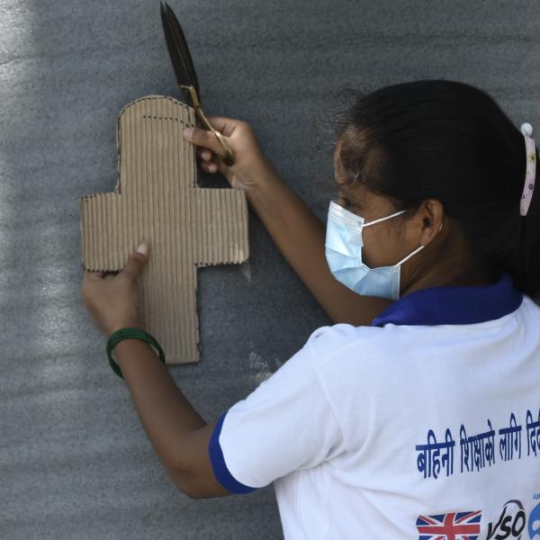 别的简报|尼泊尔封城迫使女孩自制卫生巾