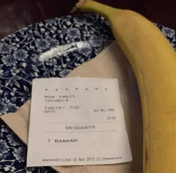别的简报丨一名英国青年往一名黑人的餐桌上送了一根香蕉被判仇恨犯罪