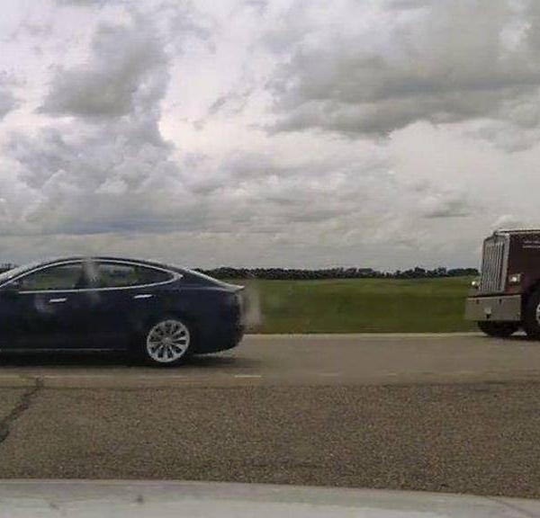 """别的简报丨车主因在自动驾驶汽车上""""睡着并且超速""""被起诉"""