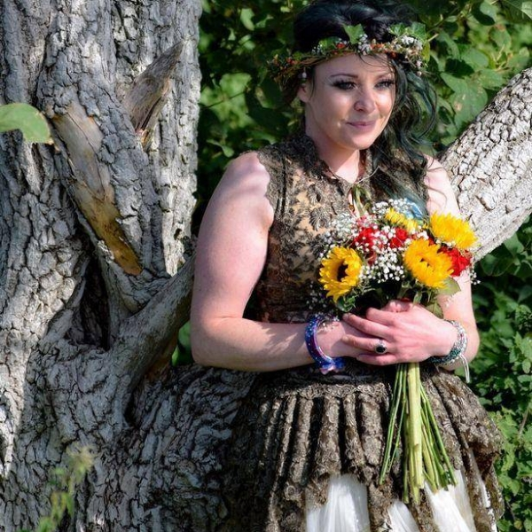 别的简报丨一名母亲举行她与一棵树的结婚周年纪念仪式