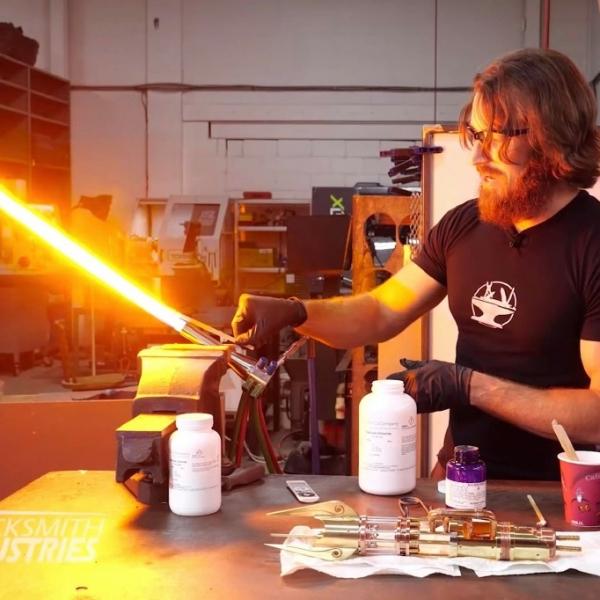 别的简报丨工程师发明了全世界第一个真正能用的可收缩的的光剑