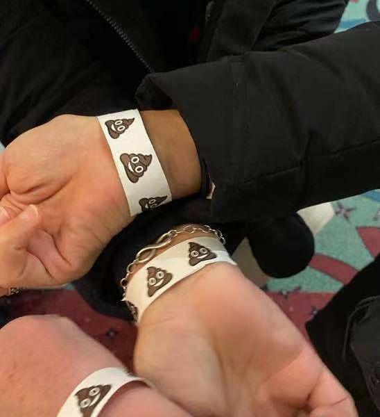 别的简报丨威斯康辛重新计票的监督志愿者被发了粑粑 emoji 腕带,官员说他以为那只是巧克力冰淇淋