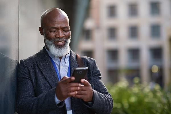 别的简报|女性多看报,男性多看手机能降低老年痴呆症患病率